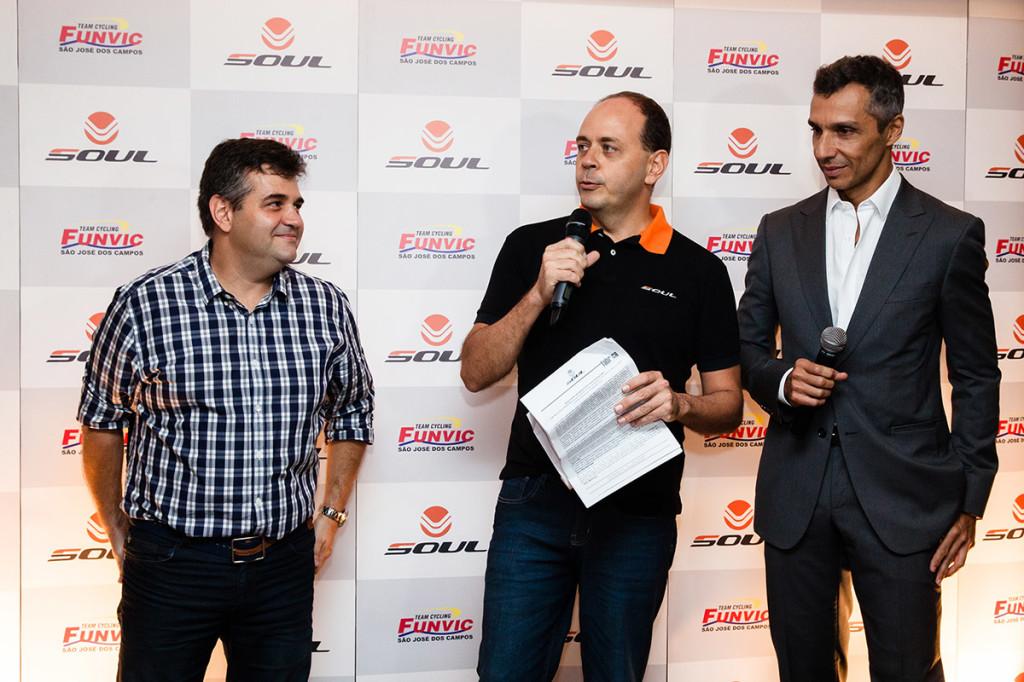 Alexandre Adoglio, diretor comercial da Soul Cycles no centro com os sócios Andre Maior e Joao Paulo Diniz